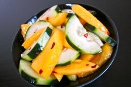 Салат из огурцов и манго