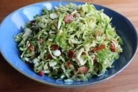 Салат из брюссельской капусты с беконом