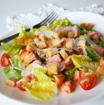 Цезарь с лососем и помидорками черри