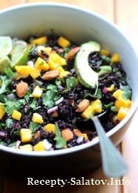 Салат с чёрным рисом, курицей и ананасом