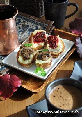Кростини с сыром бри и грибами