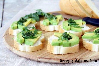 Бутерброд с авокадо и соусом песто