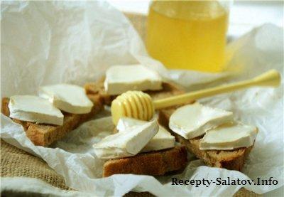 Горячие бутерброды из козьего сыра с медом и черным перцем