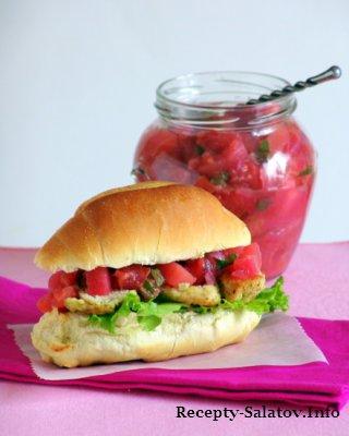 Сэндвич с курицей и яблочный-сливовым чатни
