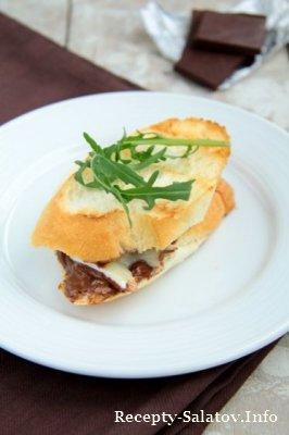 Сэндвич с шоколадом и сыром бри