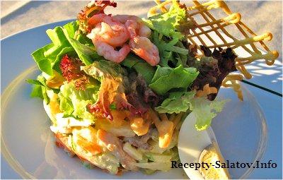 Листья салата с куриной грудкой говядиной  креветками