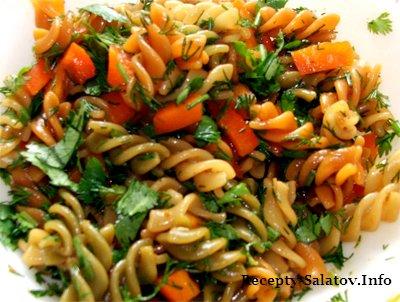 Сицилийский салат из макаронов колбасы и помидоров