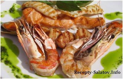 Ассорти из морепродуктов обжаренные на гриле с соусом Зеленые Травы
