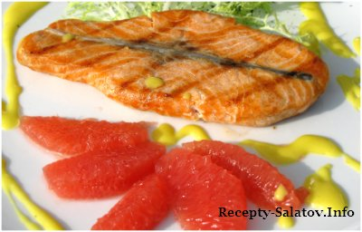 Филе норвежского лосося обжаренное на гриле с грейпфрутом на листьях салата