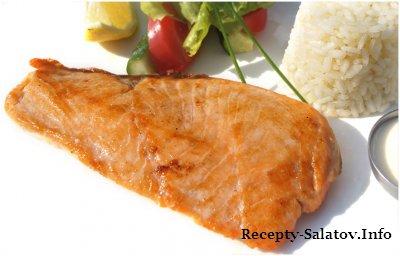 Филе лосося на гриле с рисом, овощами и сливочным соусом