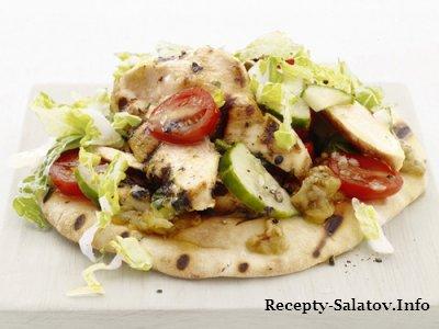 Салат с жареной куриной грудкой на лаваше