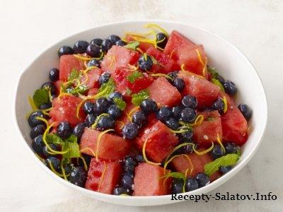Фруктовый салат из арбуза с черникой
