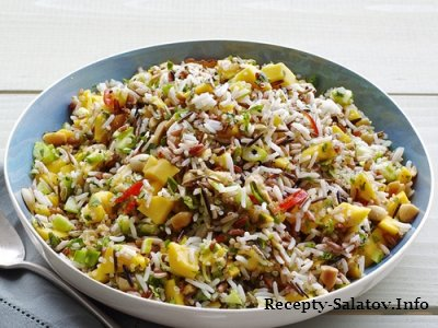 Овощной рисовый салат с огурцами и манго