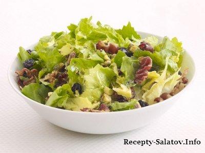 Салат из салатного цикория с фисташками и беконом