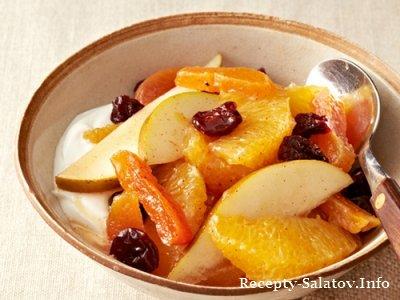 Фруктовый салат из апельсинов и груш и кураги с вишней