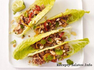 Салат из индейки с овощами в листьях салата