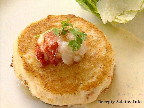 Крабовые котлеты под рыбным соусом с салатом Цезарь и гренками Фокачча