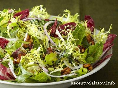 Листовой салат из фриссе и эндивия с грецкими орехами