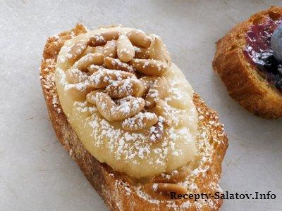 Бутерброд с миндальной пастой и кедровыми орехами