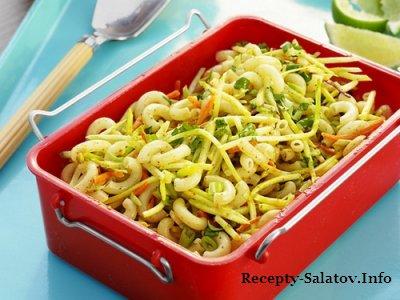 Салат с брокколи  макаронами и соусом чатни