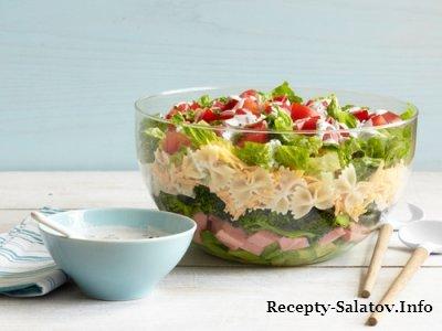 Слоеный салат с макаронами брокколи и ветчиной