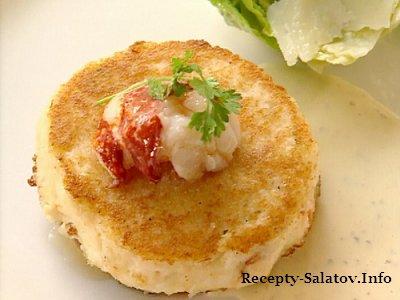 Крабовые котлеты под рыбным соусом с салатом Цезарь