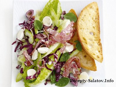 Итальянская закуска салат с салями Антипасто