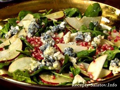 Французский салат с грушами гранатом, голубым сыром и шампанским уксусом