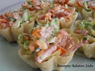 Вафельные тарталетки с корейской морковью и салями