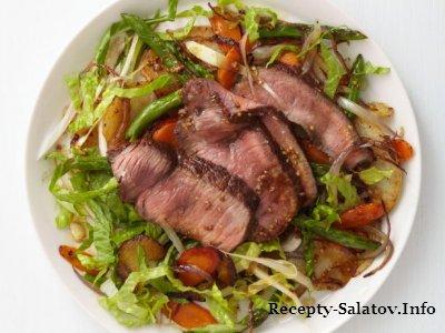 Теплые салат латук  со стейком из говядиной и овощей