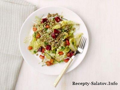 Теплый сочный салат с беконом и овощами для ресторана