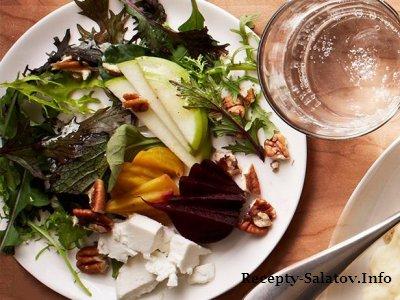 Салат легкого салата из овощей яблоками и козьим сыром
