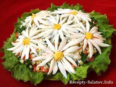 Летний салат ромашковое поле из горбуши и свежих овощей