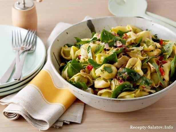Салат с тортеллини, шпинатом и артишоками