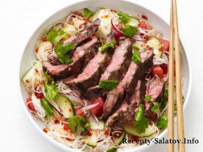 Тайский салат с лапшой и сочной говядиной
