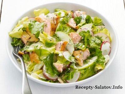 Салат с лососем жареным на гриле с яблоками