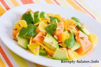 Салат из сочной дыни яблока и свежей зеленью