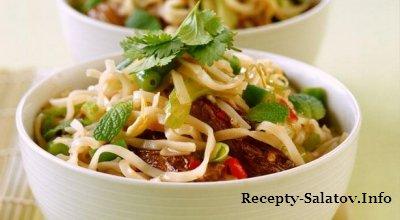 Салат с рисовой лапшой  говядиной томата и стручковой фасолью