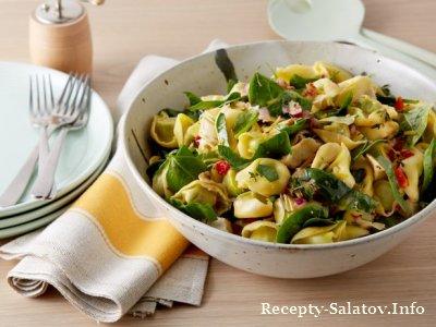 Итальянский салат с тортеллини, шпинатом и артишоками