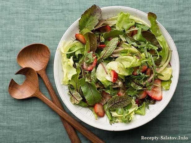 смешать листья салата с ягодами и пикантной заправкой.