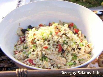 Салат с кускусом тунцом и свежим каперсов лимона и оливок.