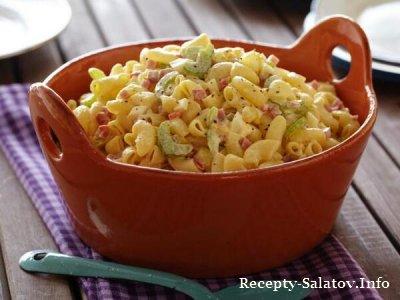 Летний сочный  салат с макаронами, яйцами и ветчиной