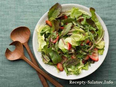 Летний салат с клубникой и бальзамическим соусом