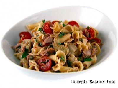 Салат из макарон и тунца сочные томаты, соленые каперсы и ароматные травы.