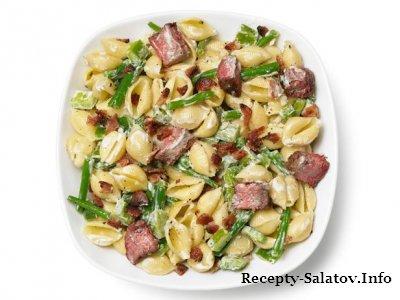 Мясной салат с макаронами кусочками стейка и стручковой фасолью