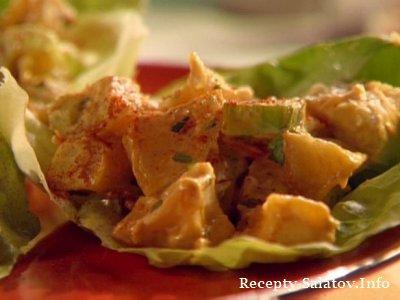 Куриный салат с кусочков запеченного картофеля и майонезом
