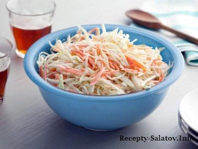 Капустный салат с натертой морковью и луком и соусом из майонеза