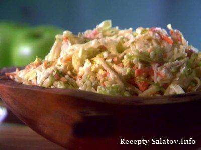 Салат из капусты  с фруктами яблоком и изюмом