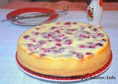 Творожный пирог со сметаной и вишней
