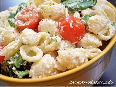 Салат с макаронами и печеным чесноком